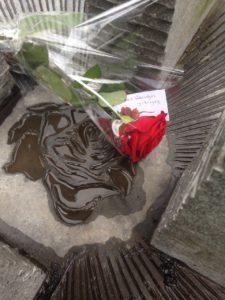 Een roos voor Piet Beentjes bij het Pauze Teken, monument voor achterblijvers van vermisten, gemaakt door kunstenaar Marianne van den Heuvel