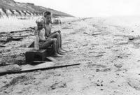 Toos en Piet Beentjes op het strand
